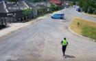 На Закарпатті автомобіль без водія заїхав у приватний двір (ВІДЕО)
