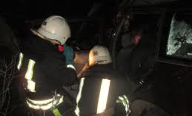 На Берегівщині рятувальники розрізали автомобіль, щоб витягнути травмованого водія