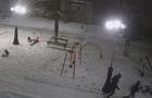 Камери спостереження у Тячеві зафіксували, як підлітки підірвали вуличний ліхтар (ВІДЕО)