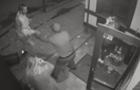 В одному з магазинів Ужгорода молодик побив охоронця та дівчат (ВІДЕО)