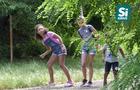 Молодиків, які чіплялися до малолітніх дівчат, оштрафують за... вживання алкоголю в громадському місці (ВІДЕО)