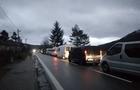 Держкордони на в'їзд в Україну на закарпатських КПП заблоковані. Автомобілі стоять в чергах майже добу