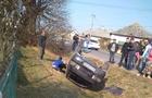Камери відеоспостереження зафіксували момент аварії на Великоберезнянщині, коли автомобіль зніс двох людей (ВІДЕО)