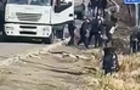 Біля Ужгорода сталася масова бійка водіїв вантажівок, які їхали до Словаччини (ВІДЕО)