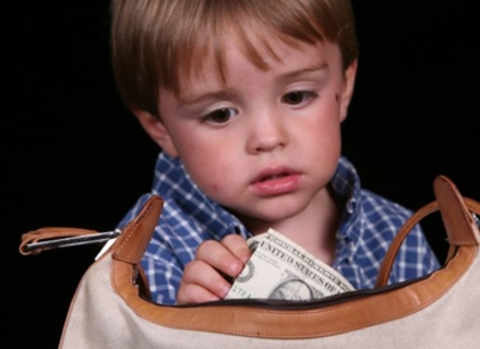 Закарпатський психолог пояснює, що робити, якщо ваша дитина почала красти