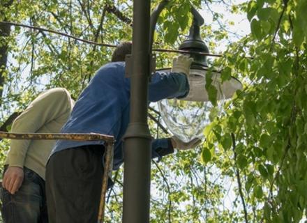 В Ужгороді на набережній Незалежності встановлюють нові ліхтарі