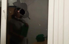 В Ужгороді п'яні хулігани розбили вікно в офісі і ледь не травмували жінку