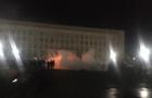 Пожежники загасили шини перед Закарпатською ОДА. Євробляхери не розходяться