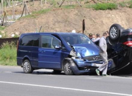 На об'їзній дорозі Ужгорода зіштовхнулися два Мерседеси. Один з них перекинувся на дах