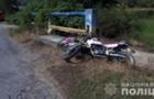 На Свалявщині мотоцикліст на великій швидкості вдарився у бетонний бордюр