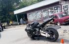 """В Ужгороді  автомобіль """"Жигулі"""" вдарився в мотоцикл та заїхав у кіоск автобусної зупинки"""