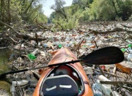 Сором: Сміття із Закарпаття перекрило річку Бодрог в Словаччині (ВІДЕО)
