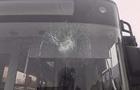З'явилося відео, як зловмисник розбиває вікна на нових автобусах в Ужгороді (ВІДЕО)