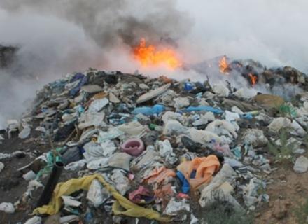 На Хустщині рятувальники всю ніч гасили вогонь на сміттєзвалищі