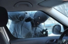 У закарпатському Чопі камери відеоспостереження зафіксували обкрадання автомобілів злодіями (ВІДЕО)