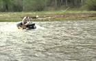 В Ужгороді навпроти прокуратури двоє людей їздили по річці на квадроциклах (ВІДЕО)
