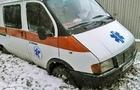 На Берегівщині автомобіль швидкої допомоги, який їхав до хворого, витягли з багнюки трактором