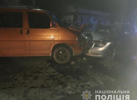 На Тячівщині сталося лобове зіткнення легковика та мікроавтобуса