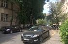 У центрі Ужгорода активісти ріжуть шини на неправильно припаркованих автомобілях (ФОТО)