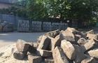 В Ужгороді продовжують міняти добротні кам'яні бордюри на крихкі цементні (ФОТО)