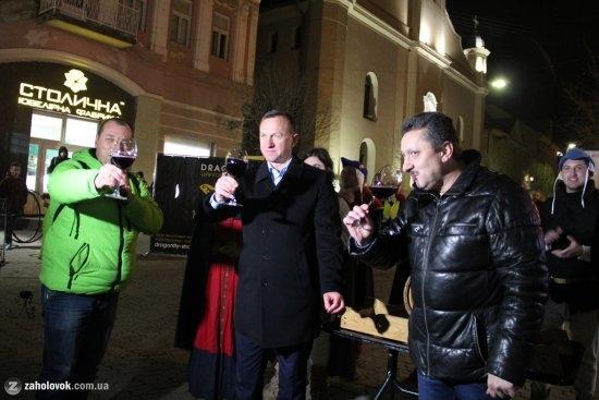 В Ужгороді відкрили першу діжку молодого вина і офіційно розпочали фестиваль