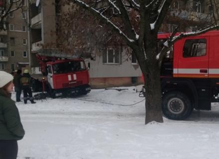 В Ужгороді автомобіль пожежників, який їхав на терміновий виклик, застряг у каналізаційній шахті (ФОТО)