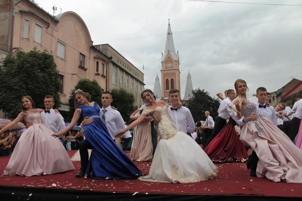 У Мукачеві пишно  провели парад випускників