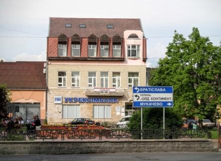 Будівля банку в історичному центрі Ужгорода перейшла у власність родини мера