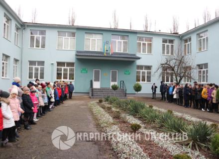 В угорськомовній гімназії відремонтували фасад та замінили вікна й двері