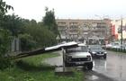 В Ужгороді під час зливи білборд впав на автомобіль (ФОТО)
