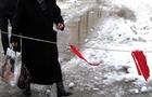 В Ужгороді брила льоду, яка впала з даху, ледь не вбила жінку. Її забрала швидка