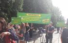 Працівники пологового будинку в Ужгороді провели акцію протесту перед будівлею мерії