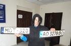 Поліція піймала жінку, яка крала номерні знаки з автомобілів в Ужгороді (ФОТО)