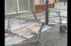 В Ужгороді впало будівельне риштування і пошкодило вуличний ліхтар (ВІДЕО)