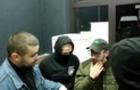 В Ужгороді українські націоналісти змусили араба стати на коліна перед дівчиною, які той погрожував ножем (ВІДЕО)