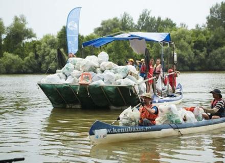 В Угорщині вже ввосьме провели спеціальну регату, щоб зібрати пластикові пляшки на Тисі, які припливли із Закарпаття