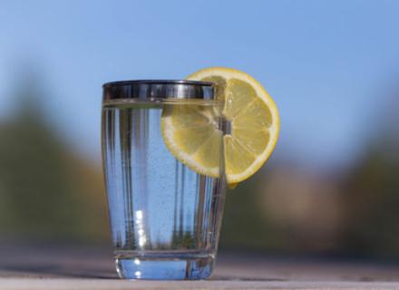 Вода з лимоном - це просто вода з лимоном