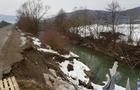 На Закарпатті частина дороги звалилася в річку (ФОТО)