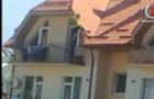 Відео дня: В Ужгороді неадекватний підліток кидався з балкону будинку речами та вилізав на дах