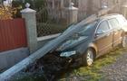 На Виноградівщині бетонний стовп впав на легковий автомобіль