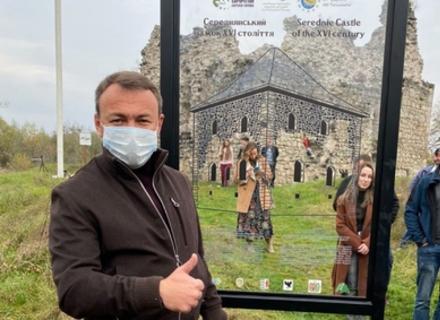 Суперпопулізм: Біля Середнянського замку зрізали туристичний стенд, щоб голова ОДА поставив свій