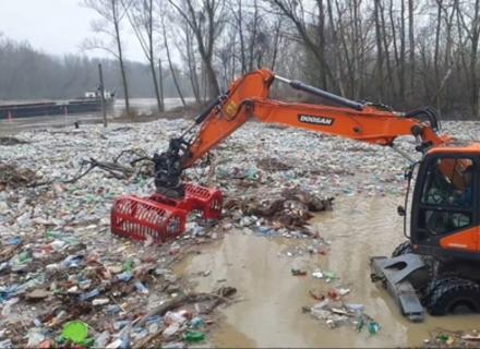В Угорщині волонтери виловлюють тонни сміття, яке пливе із Закарпаття