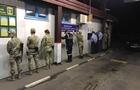 Силовики на одному з КПП в Закарпатті поставили всю зміну прикордонників та митників обличчям до стінки (ФОТО)