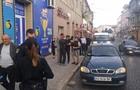 Як у Мукачеві чоловік робив селфі з поліцейськими, а потім жбурляв у них камінням (ВІДЕО)