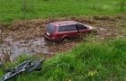 На Мукачівщині автомобіль злетів з дороги в болото