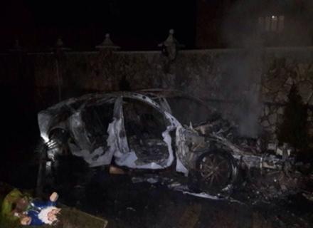 Камери спостереження зафіксували, як двоє чоловіків підпалили дороге авто у Королеві (ВІДЕО)