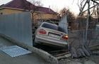 У Мукачеві автомобіль проломив паркан і в'їхав у двір приватного будинку