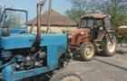 На Берегівщині селяни тракторами перекрили дорогу і 12 годин не пропускали вантажівки