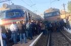 Сотні людей перекрили рух потягу зі Львова на Мукачево