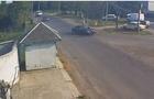 На Закарпатті мотоцикліст з пасажиром вдарилися в автомобіль і перелетіли через нього (ВІДЕО)